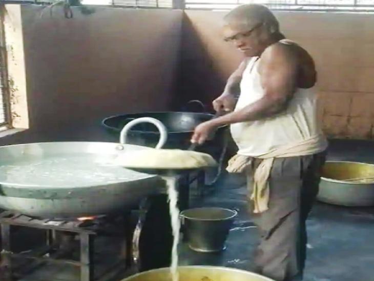 मनोरंजन पिछले साल तक बंगाल के एक सरकारी स्कूल में बच्चों के लिए खाना पकाने का काम करते थे। उनके अनुरोध पर ममता ने उनका ट्रांसफर लाइब्रेरी में कर दिया था और फिर उन्हें दलित अकादमी का अध्यक्ष भी बनाया गया। फोटो- संजय