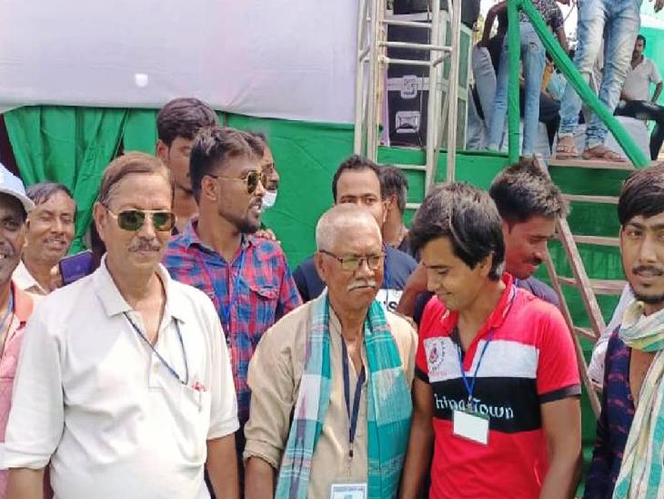 मनोरंजन नामशूद्र समुदाय से आते हैं। भाजपा इस चुनाव में नामशूद्र वोटरों को सीएए के जरिए लुभाने की कोशिश कर रही थी क्योंकि बड़ी नामशूद्र आबादी को अभी स्थायी नागरिकता नहीं मिली है। ममता ने भाजपा की काट के लिए इस वर्ग में लोकप्रिय मनोरंजन को टिकट दिया था।