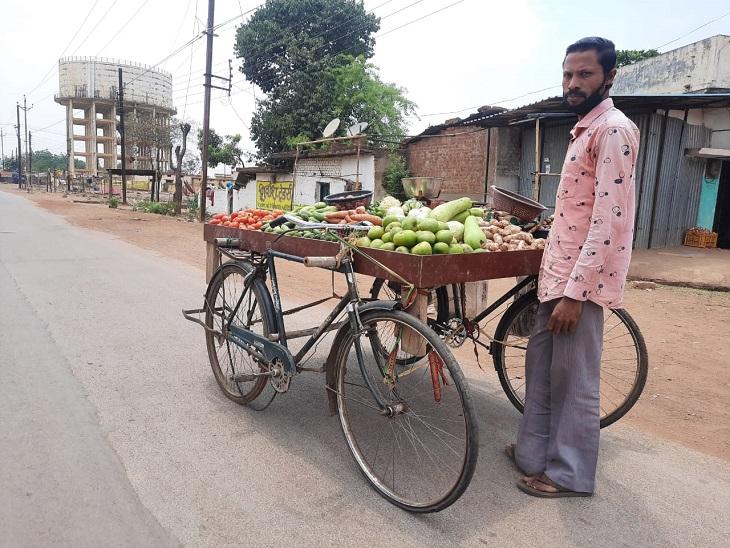 रायपुर के माली रामू का लॉकडाउन ने काम छीन लिया, दो साइकिलें जोड़कर बनाया ठेला, सब्जी बेचकर जुटा रहे दो वक्त की रोटी|रायपुर,Raipur - Dainik Bhaskar