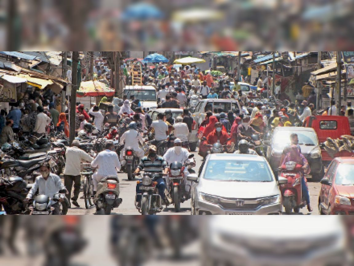 8 घंटे किराना की छूट मिलते ही बाजार में उमड़ी भीड़, एमजी राेड पर दाे घंटे रहा प्रमुख पर्वाें जितना ट्रैफिक महू,Mhow - Dainik Bhaskar