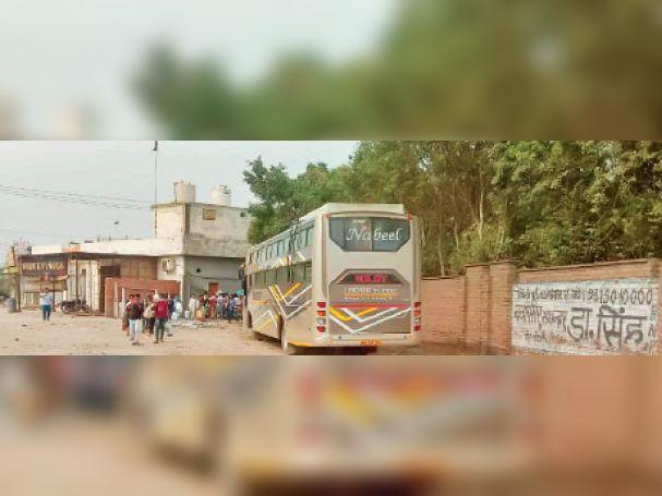 प्रवासी श्रमिकाें काे लेकर बिहार जा रही निजी बसें, आरटीए सचिव ने दाे निजी बसाें के काटे चालान पानीपत,Panipat - Dainik Bhaskar