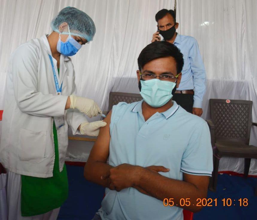 इंदौर में पहला टीका अंकित श्रीवास्तव को, युवा तो सुबह 8 बजे ही सेंटर पर पहुंचे पर पहला टीका लगा 10.18 बजे, 100 में से 97 ने लगवाई वैक्सीन|इंदौर,Indore - Dainik Bhaskar