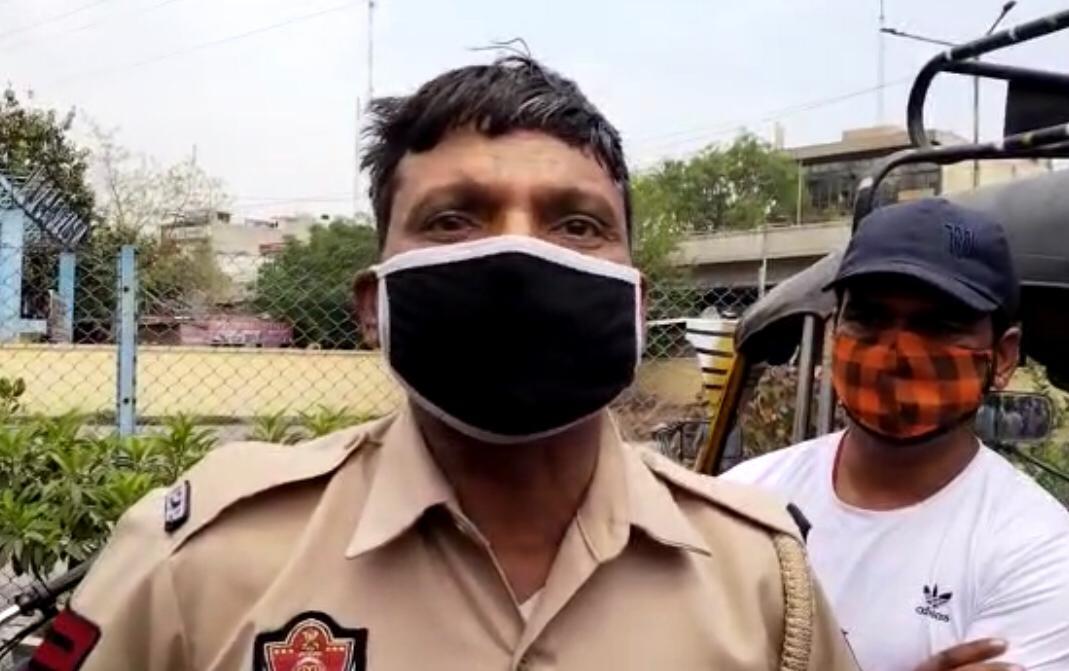 नशे में धुत पुलिस कर्मचारी ने बस स्टैंड पर किया बवाल; बोला- अफसर छुट्टी नहीं देते, मैं टेंशन में हूं, मर जाउंगा जालंधर,Jalandhar - Dainik Bhaskar