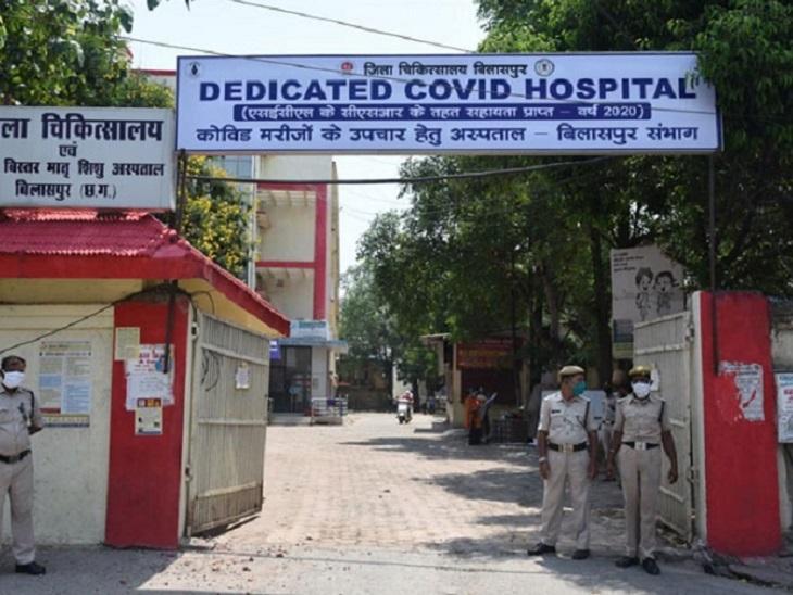 बिल्हा के सामुदायिक स्वास्थ्य केंद्र में महिला में कोविड के लक्षण देख डॉक्टरों ने उन्हें जिला अस्पताल ले जाने की सलाह दी।