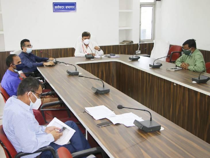 कलेक्ट्रेट सभागार में डीएम अजय कटेसरिया व सांसद गणेश सिंह - Dainik Bhaskar