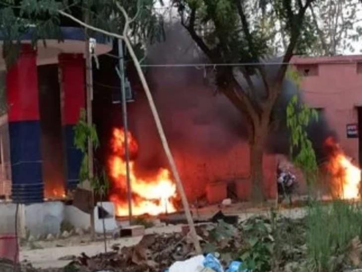 गोरखपुर में BSP समर्थकों ने पुलिस चौकी और गाड़ियां जलाईं, पंचायत चुनाव में गलत उम्मीदवार को सर्टिफिकेट देने का आरोप|उत्तरप्रदेश,Uttar Pradesh - Dainik Bhaskar