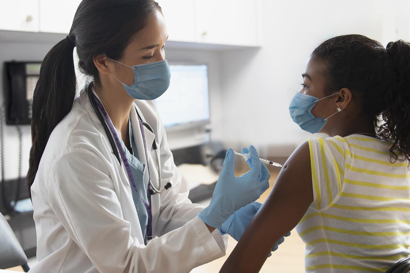 इस समय दुनियाभर में कई वैक्सीन के बच्चों पर ट्रायल्स हो रहे हैं। अमेरिका जैसे देशों में यह कहने वाले भी कम नहीं हैं कि जब बच्चों को इस वायरस से खतरा नहीं है तो उन्हें वैक्सीन लगाने की जरूरत क्या है।