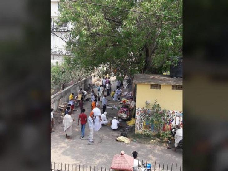 पटना के कंकड़बाग में पेड़ के नीचे लगातार होते श्राद्ध से डरे लोग, बोले- भीड़ से संक्रमण, धुएं से फैल रही निगेटिविटी बिहार,Bihar - Dainik Bhaskar