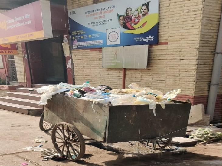 बिहार के सबसे बड़े अस्पताल PMCH में लापरवाही की हद, इलाज के बाद खुले में फेंका जा रहा ग्लव्स और PPE किट|पटना,Patna - Dainik Bhaskar