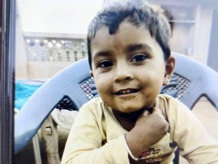 गनीमत रही कि मासूम अनिल बोरवेल में इस तरह फंसा था कि वह खा-पी सकता था। उसे रस्सी के सहारे नीचे खाना और पानी दिया गया। (फाइल फोटो)