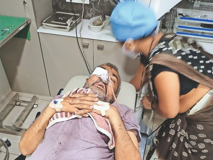 डॉक्टरों ने मिकोर माइकोसिस से पीडि़त एक मरीज का ऑपरेशन करके आंख निकाली। - Dainik Bhaskar