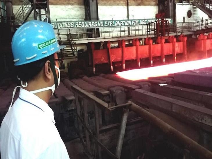 ऑक्सीजन प्लांट में काम करे रहे कर्मियों को घंड़ी देखने तक की फुर्सत नहीं है।