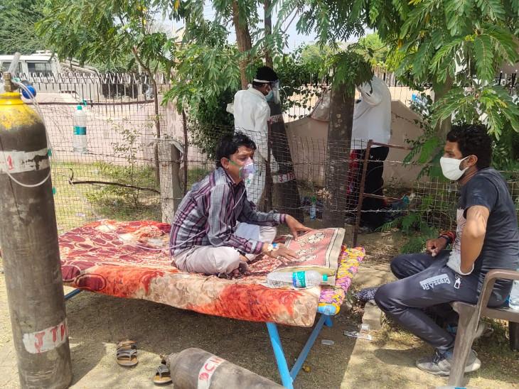 शहर के अस्पतालों में जगह नहीं, गांवों में इलाज की सुविधा नहीं; पेड़ के नीचे मरीजों की चल रही सांसें, नीम-हकीम ग्लूकोज चढ़ाकर कर रहे इलाज राजस्थान,Rajasthan - Dainik Bhaskar