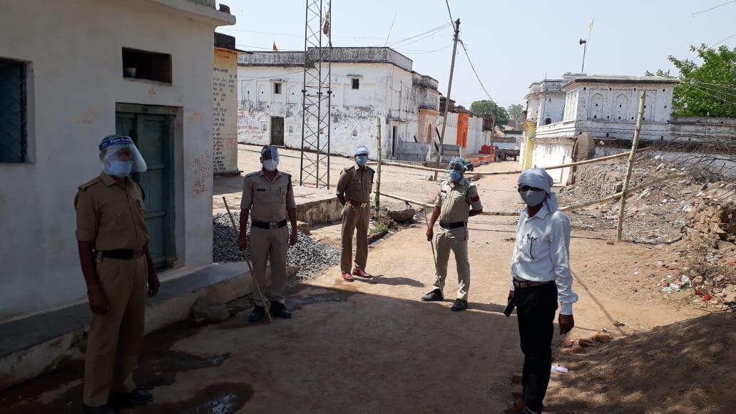 गांव के रास्तों को सील कर पुलिस बल तैनात किया गया।