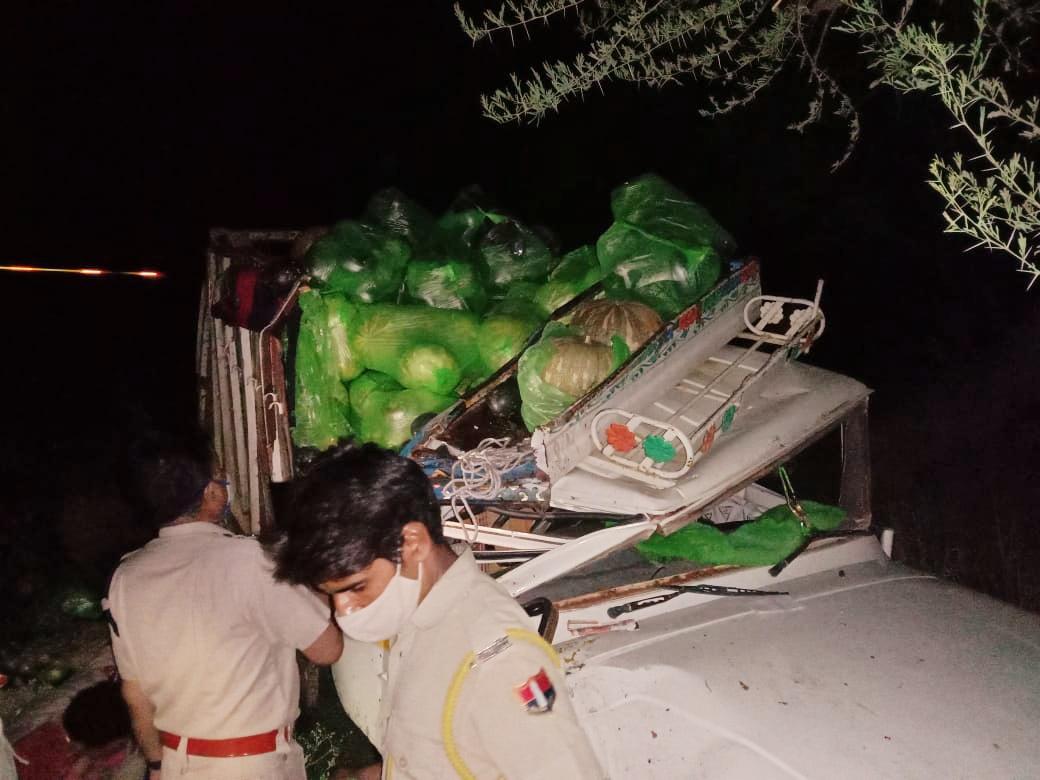 जयपुर से मैनपुरी जा रही स्लीपर बस सब्जी से भरी पिकअप से भिड़ंत के बाद पलटी, हादसे में एक दर्जन यात्री घायल|दौसा,Dausa - Dainik Bhaskar