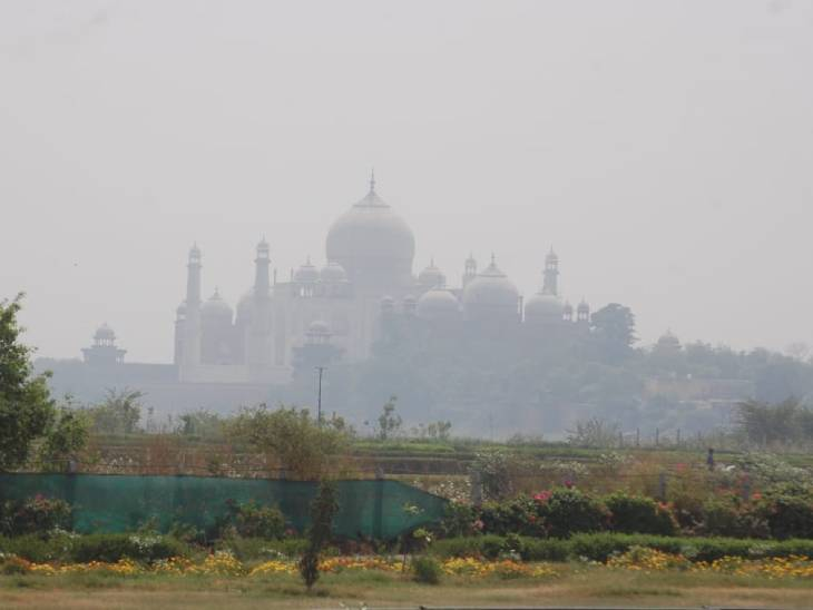 ताजमहल के चारों तरफ धुआं ही धुआं दिखता है।