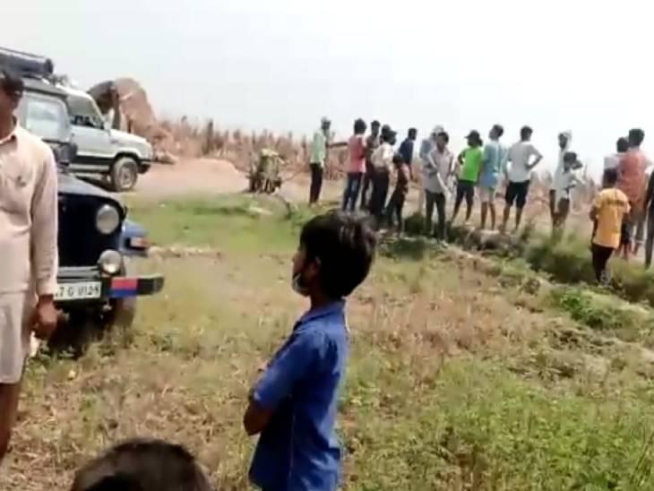 हिंसा के दौरान मौके पर जुटी भीड़।