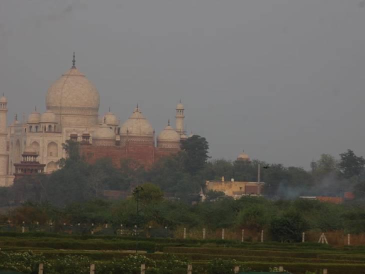 ताजमहल से 100 मीटर की दूरी पर यमुना किनारे मोक्षधाम है। यहां चिताओं से धुआं लगातार उठ रहा है।