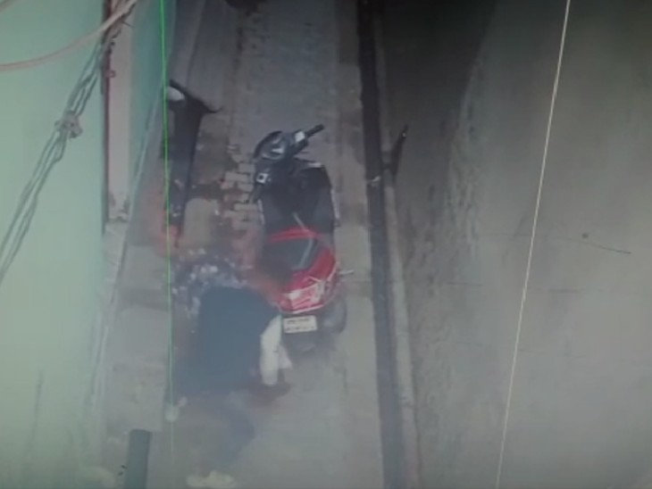 UP में दरिंदगी का वीडियो वायरल:छेड़छाड़ का विरोध करने पर मनचले ने किशोरी को पीट-पीटकर अधमरा कर दिया; वीडियो देखकर सहमे लोग