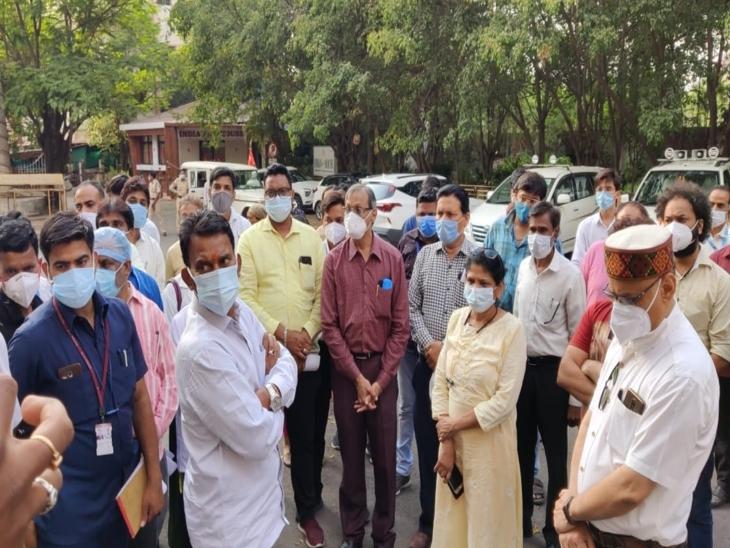 स्वास्थ्य कर्मचारियों ने कमिश्नर को दिया ज्ञापन, कहा- मनीष सिंह को नहीं हटाया तो 4000 कर्मचारी एक साथ देंगे इस्तीफा इंदौर,Indore - Dainik Bhaskar