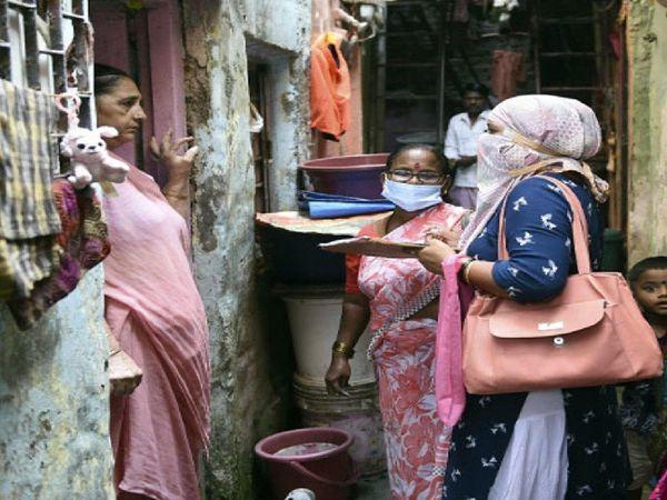 'चेज द वायरस' के तहत मुंबई में घर-घर जाकर टेस्टिंग और संक्रमितों की पहचान की गई।