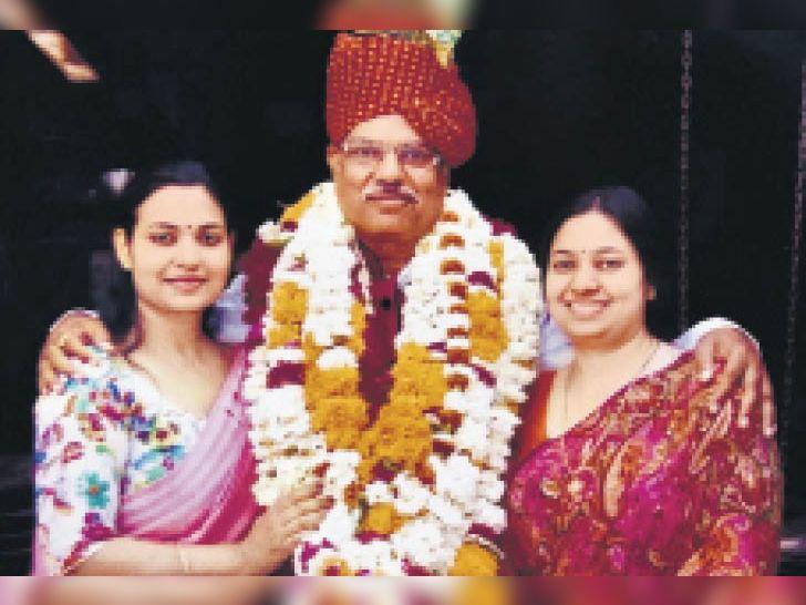 ऋचा और श्रुति अपने पापा के साथ। - Dainik Bhaskar