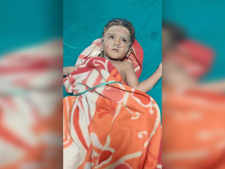 राजस्थान के जालोर में बोरवेल में फंसा 4 साल का बच्चा रात 2.20 बजे सुरक्षित निकाला, स्थानीय जुगाड़ ही आया काम; माधाराम ने 25 मिनट में ही किया रेस्क्यू|जोधपुर,Jodhpur - Dainik Bhaskar