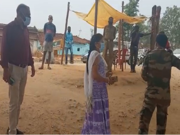 रांची से आ रही बस को बार्डर पर रोका तो बस मालिक की पत्नी ने वर्दी उतरवाने की दी धमकी|जशपुर,Jashpur - Dainik Bhaskar