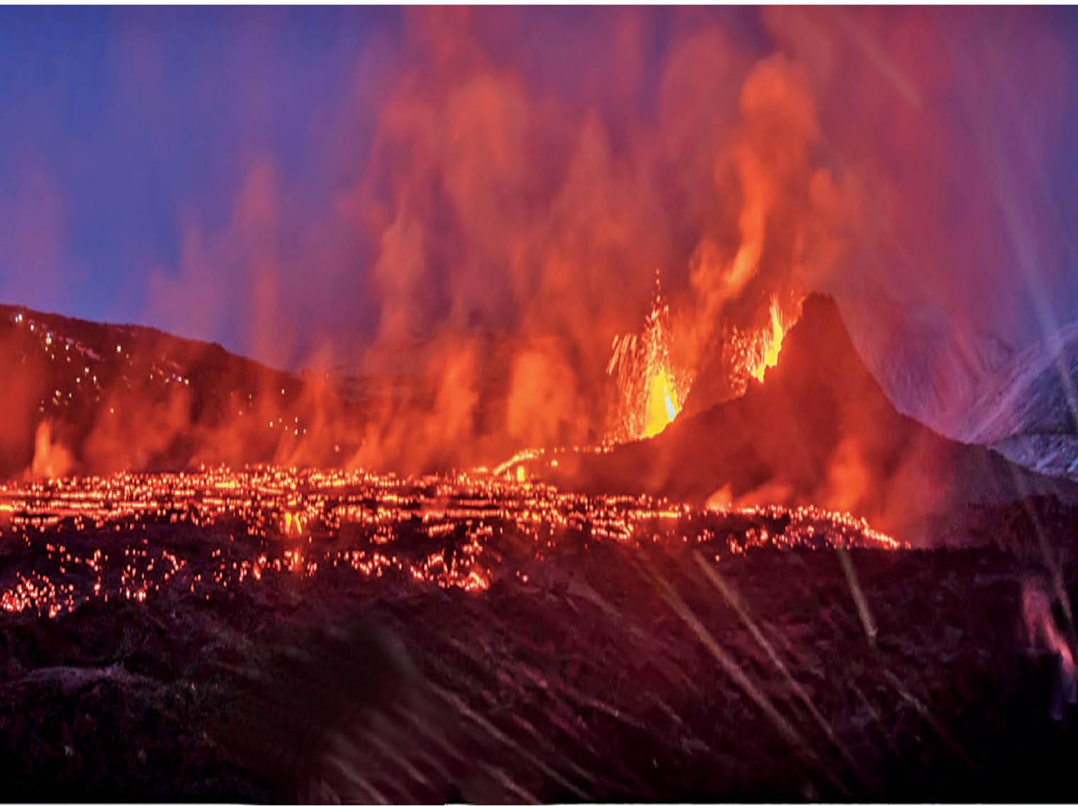 आइसलैंड में 800 साल बाद फटा ज्वालामुखी; डेढ़ माह से लगातार उगल रहा लावा, 32 किलोमीटर दूर से भी दिख रहा|विदेश,International - Dainik Bhaskar
