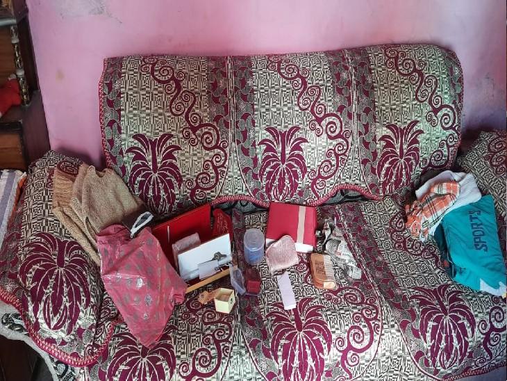 घर के सोफा पर पड़े गहनों के खाली बॉक्स, इन्हें भी चोर ले गए