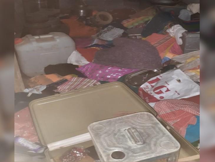 चोरी को बाद बिखरा पड़ा सामान - Dainik Bhaskar
