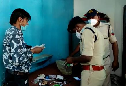 फर्जी डॉक्टर के पास से पकड़ी गई दवा आदि को देखती हुई पुलिस।