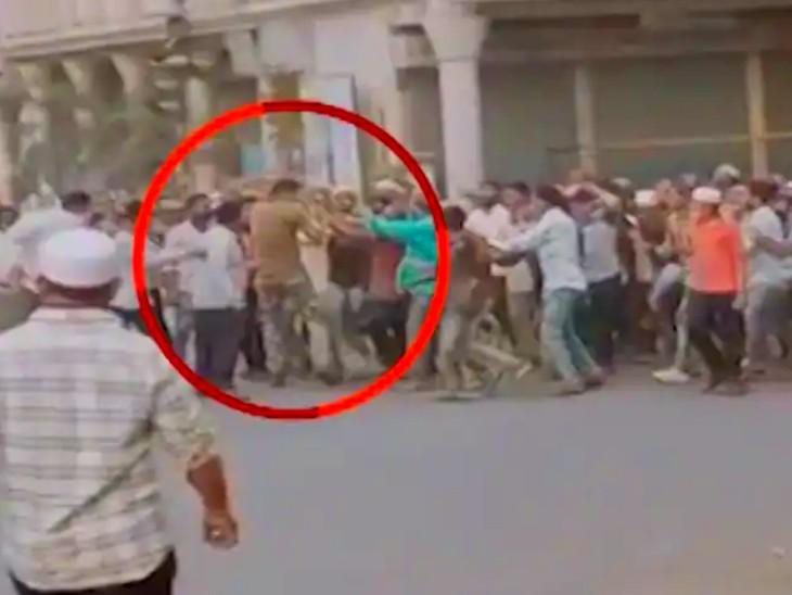 अहमदनगर में होटल के बाहर जमा थे 100 से ज्यादा लोग, हटाने गए पुलिसकर्मी को घेरकर पीटा; जान बचाकर भागना पड़ा|महाराष्ट्र,Maharashtra - Dainik Bhaskar