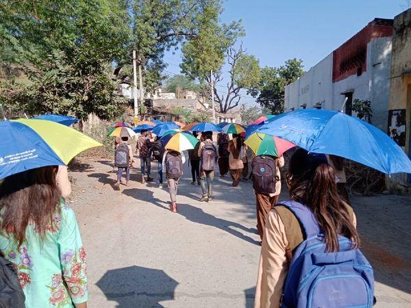 सोशल डिस्टेंसिंग फॉलो कर स्कूल जाते छात्र। (फाइल फोटो)