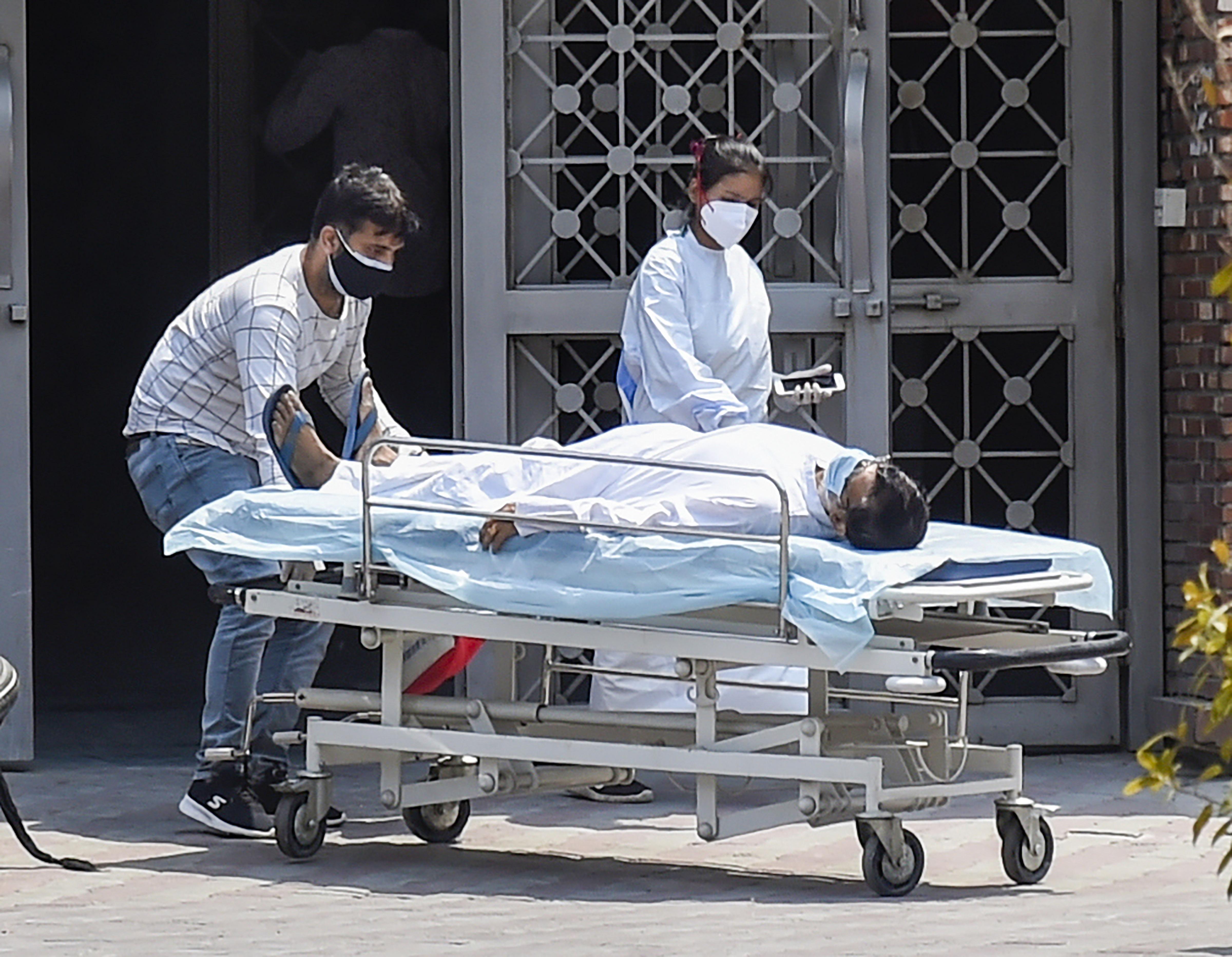 भारत में पिछले 14 दिनों से लगातार 3 लाख से ऊपर संक्रमित मिल रहे हैं। देश में अब तक 2 करोड़ से ज्यादा लोग इस महामारी का शिकार हो गए हैं।