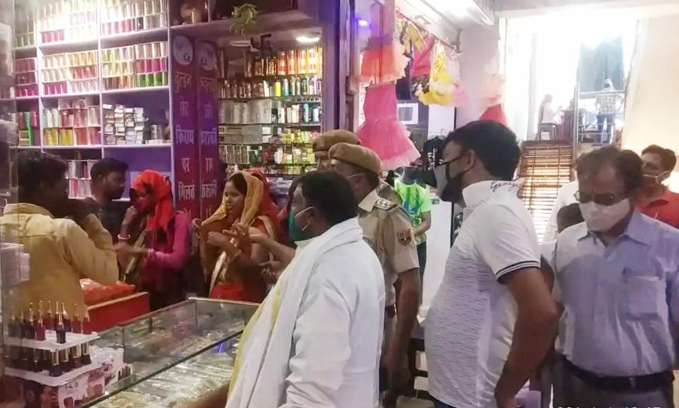 बाँदीकुई में लगी भीड़ - Dainik Bhaskar