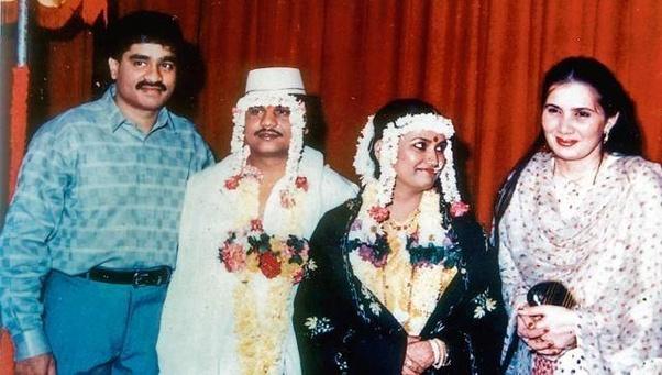 फोटो छोटा राजन के शादी के वक्त की है। इसमें वो दाउद के साथ दिखाई दे रहा है। ये वही दौर था, जब दाउद और छोटा राजन मिलकर जुर्म करते थे।