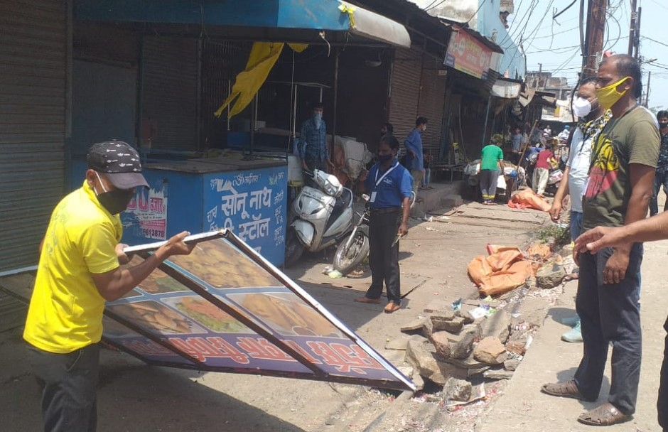 शहर के बीचों-बीच नव बहार सब्जी मंडी में सबकुछ चालू था; मास्क तो दूर किसी को पुलिस और प्रशासन की परवाह नहीं|भोपाल,Bhopal - Dainik Bhaskar
