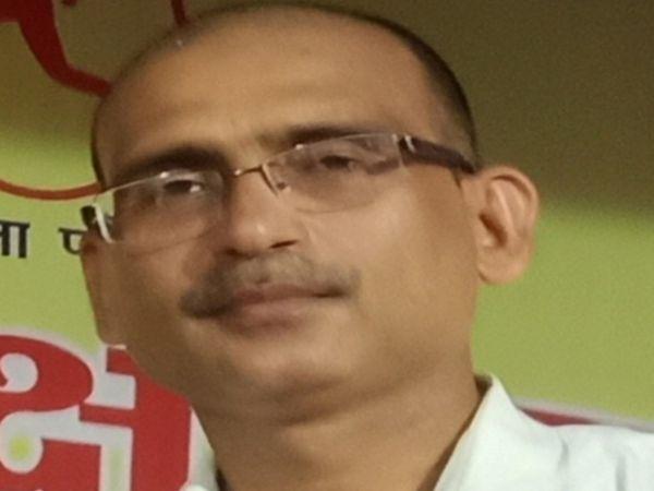 सरकारी स्कूल के टीचर रमेश मिश्रा, जिन्होंने अपने फ्लैट को मरीजों के परिजनों को रहने के लिए दिया है।