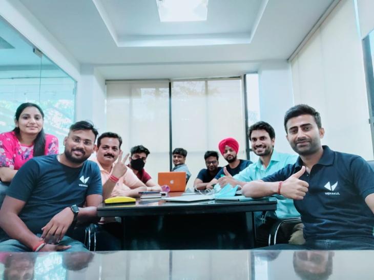 तरुण सैनी अपने टीम मेंबर्स के साथ। अभी उनकी टीम में करीब 110 लोग काम करते हैं।