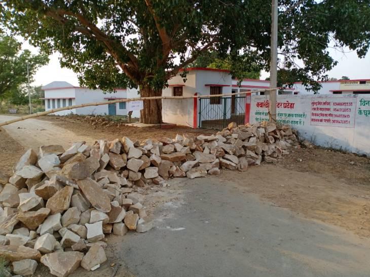 पटहट से शंकरगढ़ मार्ग में बड़े बड़े पत्थर रखकर बॉर्डर को सील किया।