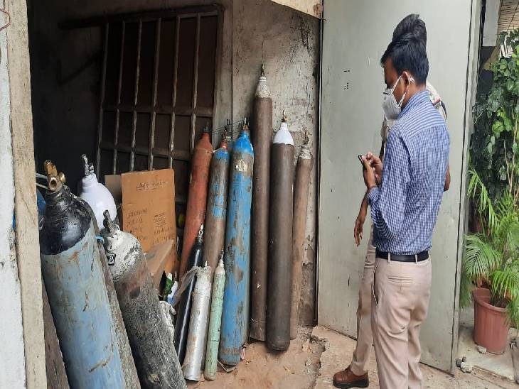 महंगे दामों में बेच रहा था ऑक्सीजन सिलेंडर, पुलिस ने दबिश देकर आठ सिलेंडर जब्त किए|जबलपुर,Jabalpur - Dainik Bhaskar