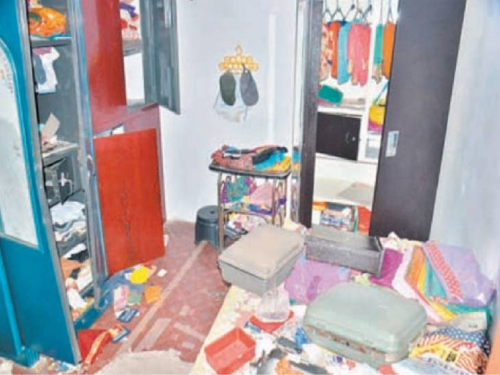 सूने मकान से नकदी सहित 10 लाख के जेवर चोरी। - Dainik Bhaskar