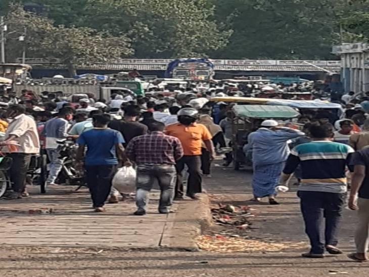 दुबग्गा सब्जी मंडी में उड़ रही कोविड प्रोटोकॉल की धज्जियां, लापरवाही इनती कि सब्जी मंडी कोरोना की मंडी साबित न हो जाए|उत्तरप्रदेश,Uttar Pradesh - Dainik Bhaskar