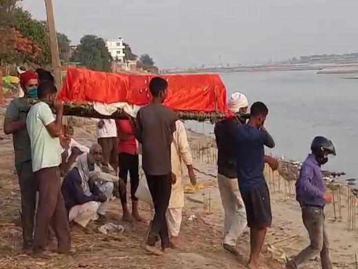 गांव में शवों को अंतिम संस्कार करने पहुंचे लोग।