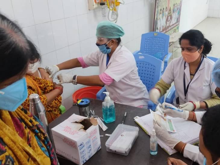 गोरखपुर में टीकाकरण करतीं नर्स।