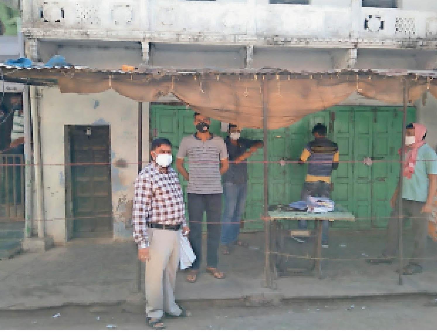 चाेरी छिपे दुकान खोलकर बेच रहे थे सामान|कुंभराज,Kumbraj - Dainik Bhaskar