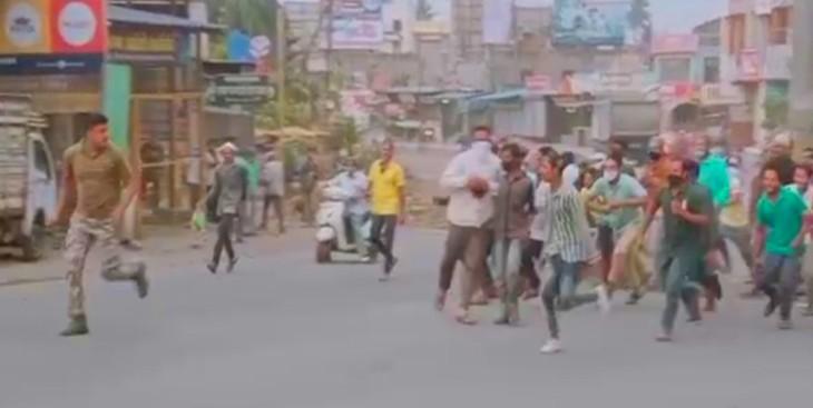 आगे-आगे दौड़ता पुलिसकर्मी और उसके पीछे दौड़ती सैंकड़ों लोगों की भीड़।
