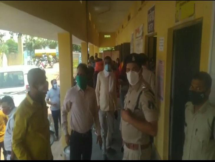बेमेतरा शहर के कन्या वैक्सीनेशन सेंटर में हंगामा होने के बाद पुलिस व प्रशासन की टीम ने मोर्चा संभाला।