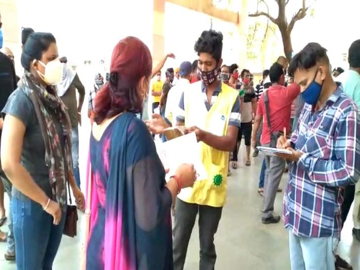 दुर्ग जिले में भी 18 साल से ज्यादा उम्र वालों का वैक्सीनेशन शुरू हो गया। लेकिन, कई सेंटरों पर लोग बेपरवाह दिखे। सोशल डिस्टेसिंग का पालन नहीं दिखा। - Dainik Bhaskar